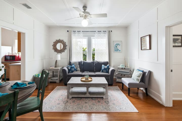 Delightful Duval St. condo with shared pool and free WiFi - walk to the beach!