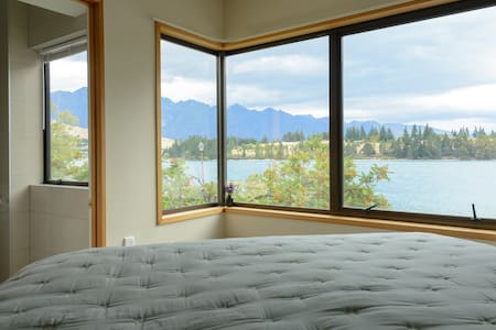 Lakefront, 5 minutes walk to town - Queenstown - House