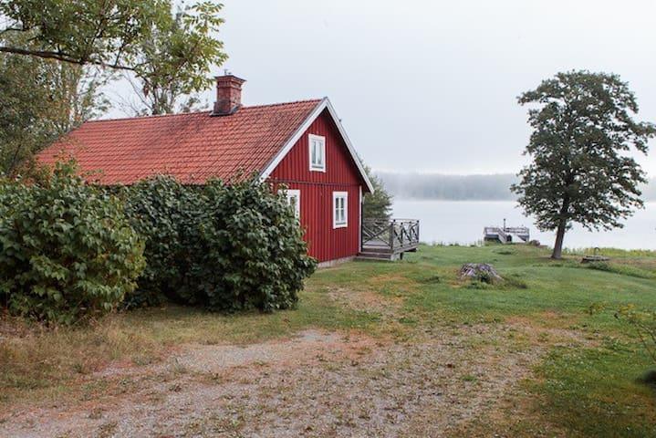 Hus med sjötomt, brygga och roddbåt - Strängnäs - Ev