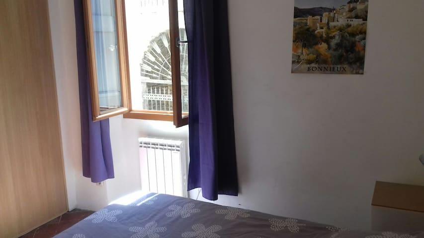 La fenêtre donne sur la rue, parfait pour un peu de fraîcheur pendant la soirée et pour le lever de soleil sur le lit