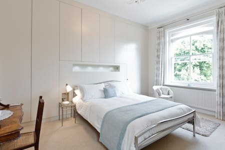 Bright spacious room near Wimbledon - Londres