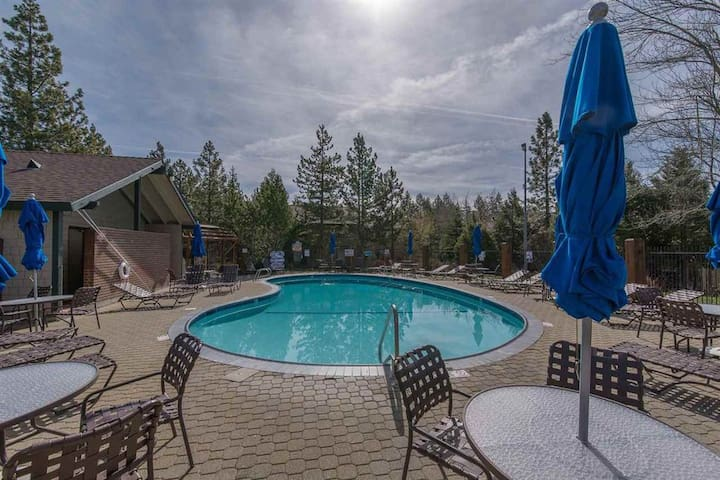2 pools, tennis courts, 5 min walk to the beach!