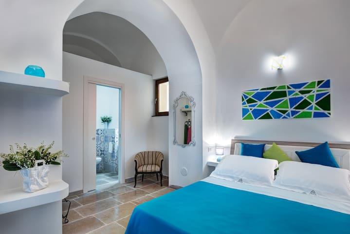 Camera da letto blu al piano terra