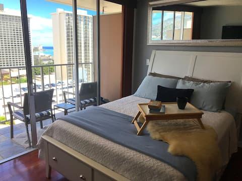Stylish Waikiki Studio w/ Ocean View & Parking