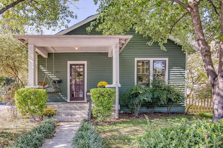 Green Cottage - WALKABLE Germantown Gem, Close to Downtown!