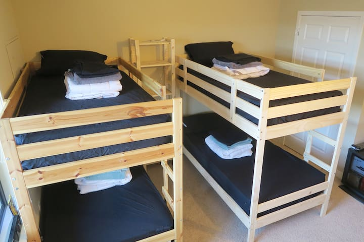 One bunk bed in SHARED ROOM in luxury apartment. - Bloomington - Apartament