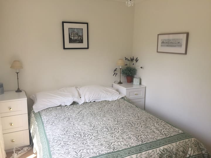 Double Bedroom - peaceful location near the Thames