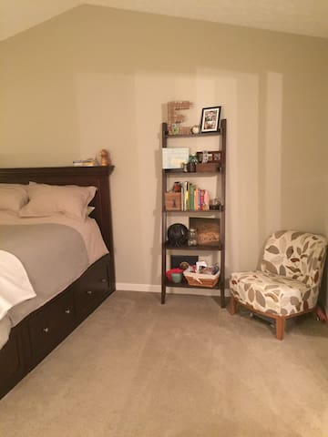 Clean, tidy bedroom available close to the highway - Fairlawn
