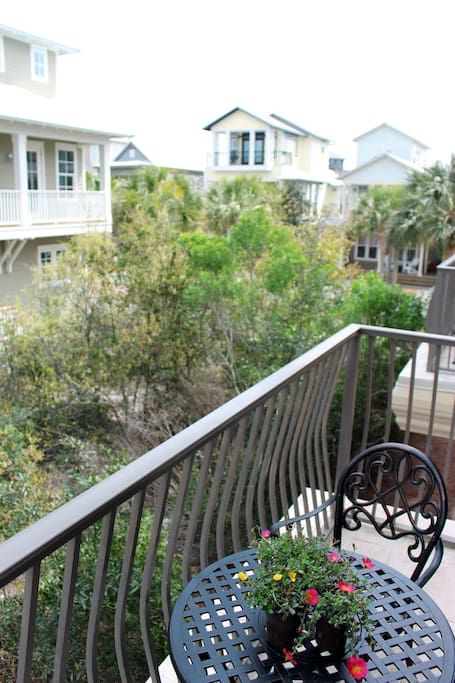 Our balcony overlooks a beautiful green space and the neighborhood of Seacrest. Enjoy the morning sunrise, afternoon shade and evening quiet.