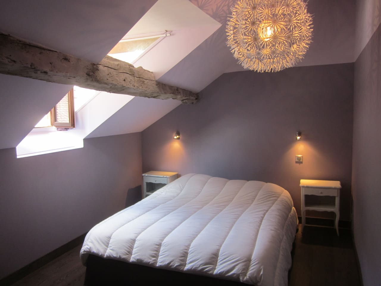 Chambre parentale avec lit king size et vue sur le château d'Annecy
