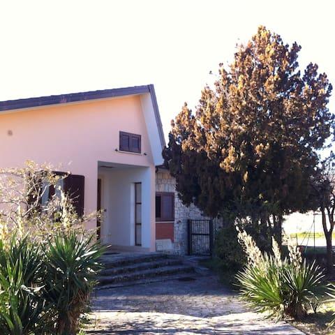 Casa con ampio  giardino - Paganica