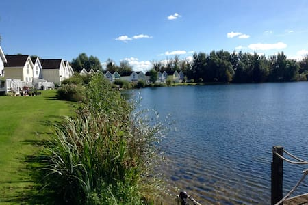 Modern lakeside lodge in the Cotswold Water Parks - South Cerney