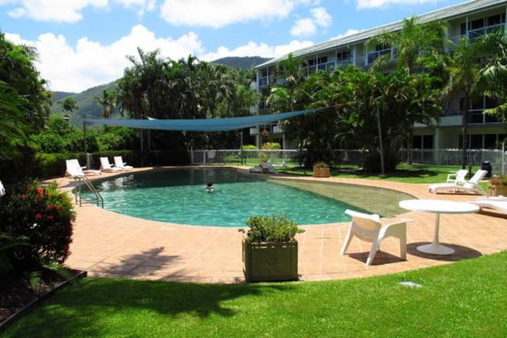 Palm Cove Haven - stylish 2 bedroom apartment.