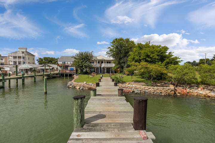Waterfront Escape on the Bay (Monthly Rentals Available)