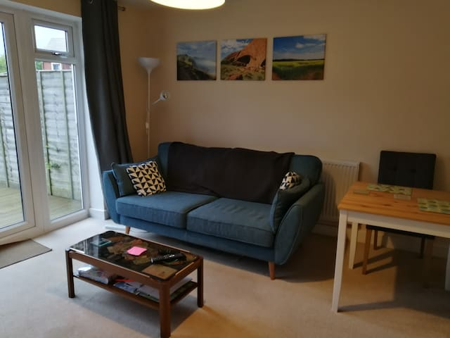 Modern home within 20min walk of racecourse&town.