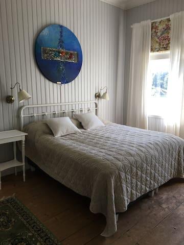 Plan 1 - sovrum - dubbelsäng och 1 enkelsäng - delat badrum