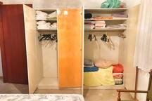 Schlafzimmer 2 Kleiderschrank offen