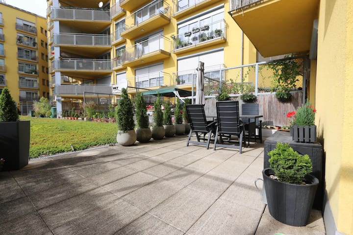 Close to O2 Arena. Private parking and terrace.