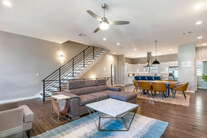 4BR Modern Townhouse in Mid City