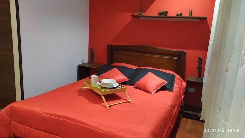 Habitación principal ( consta de cama doble 1.40cm , mueble para ropa o cajonera, baño privado, maletero)