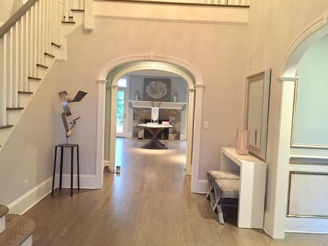 Beautiful colonial home close to town + beach