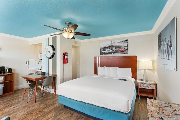 Deluxe Efficiency Suite: 1 King Bed