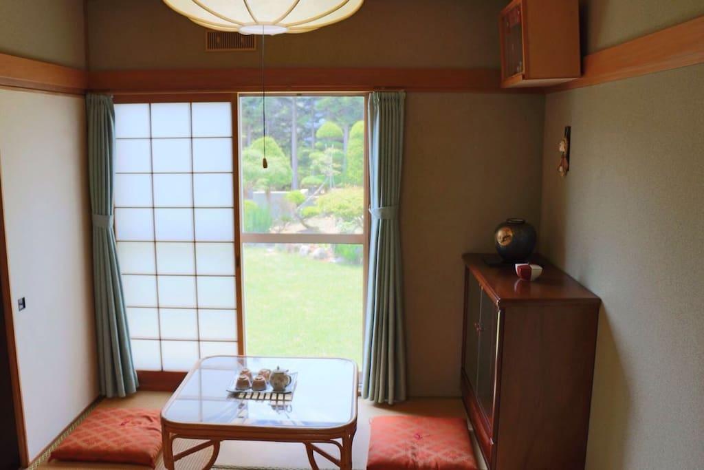 窗外是自家庭院,坐在屋内便可边饮茶边欣赏美景。