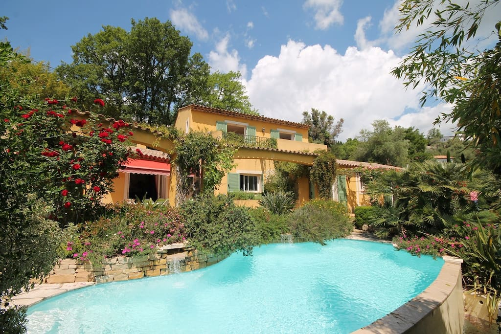 Belle villa piscine dans un coeur de verdure villas for Piscine valbonne