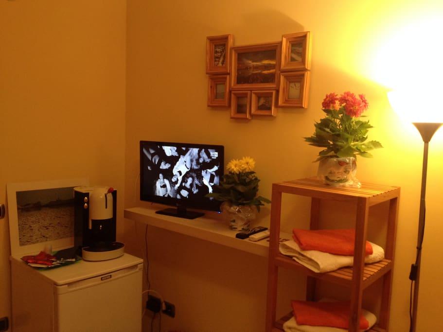Tv lcd, macchina del caffe', asciugamani...