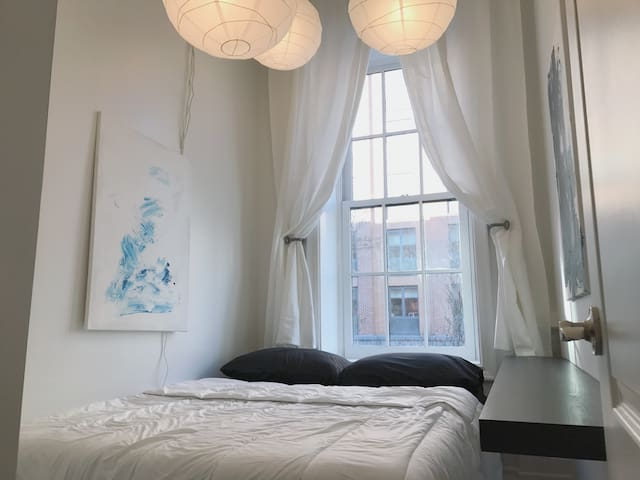 Beautiful Private Room Near Highline and Train