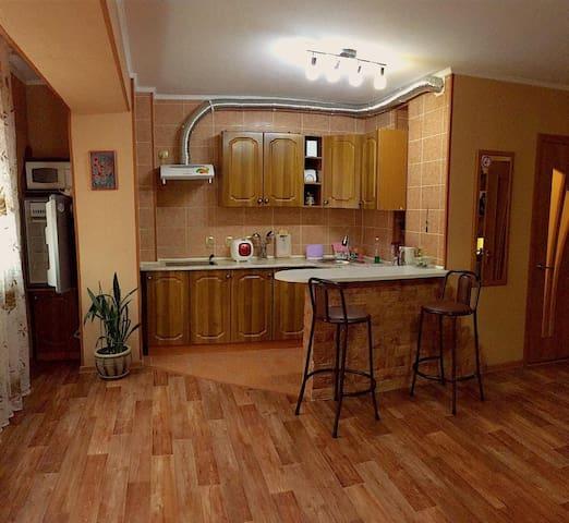 кухонная и обеденная зона, другой ракурс