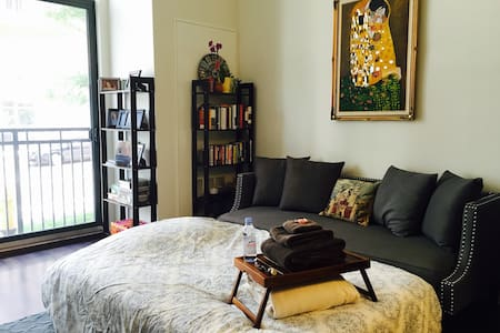 Cozy Airbed in an Upscale Modern Apt - สแตมฟอร์ด