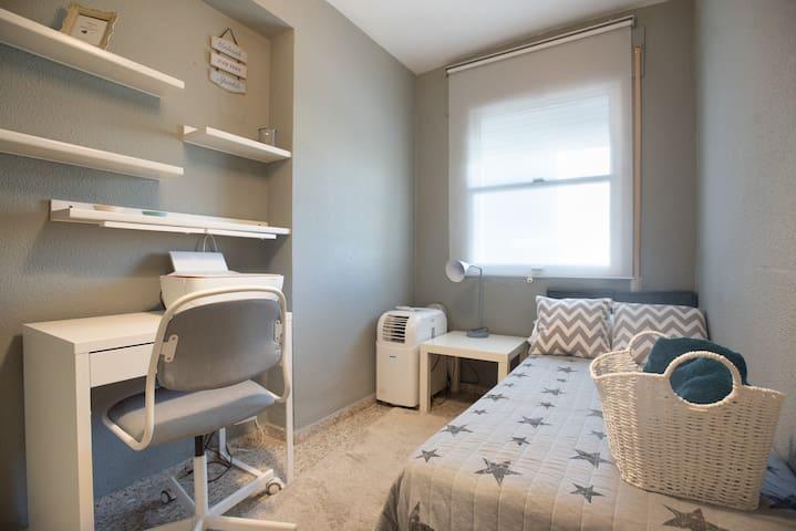 Dormitorio individual con zona de trabajo,  Single bedroom   with working area