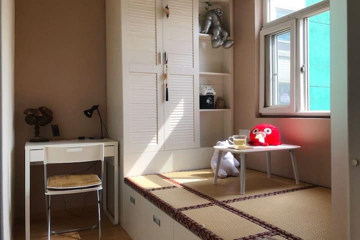 这是您住的房间,带有厚床垫、空调等;褟褟米平常可休息喝茶!