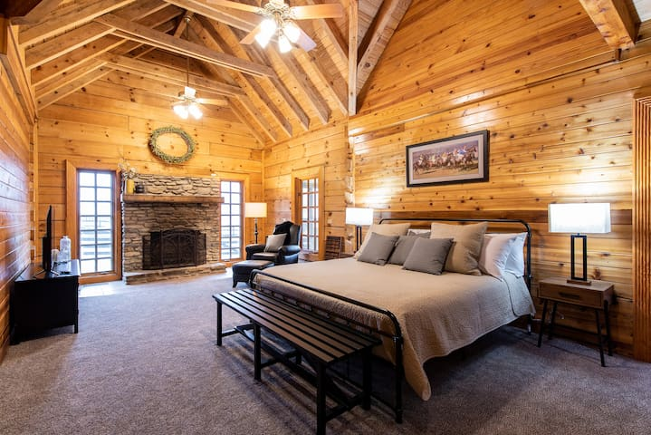 Beautiful Cabin on Horse Farm ★ SLEEPS 14+ ★  Right Outside Louisville ★ Perfect for Bourbon Trail Visitors