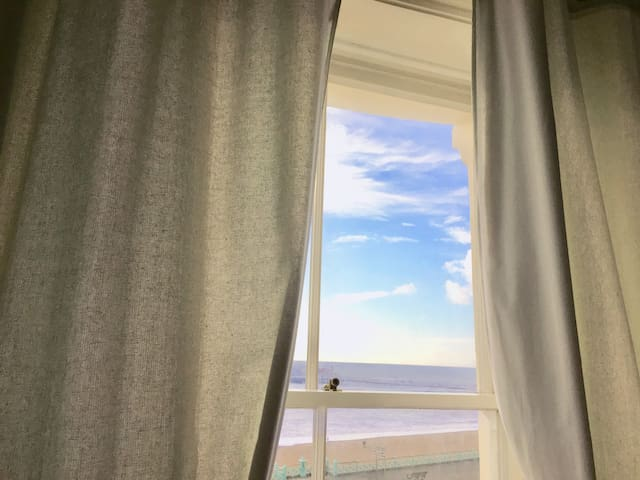 STUNNING SEA VIEW. Brighton  2 bed seafront flat.