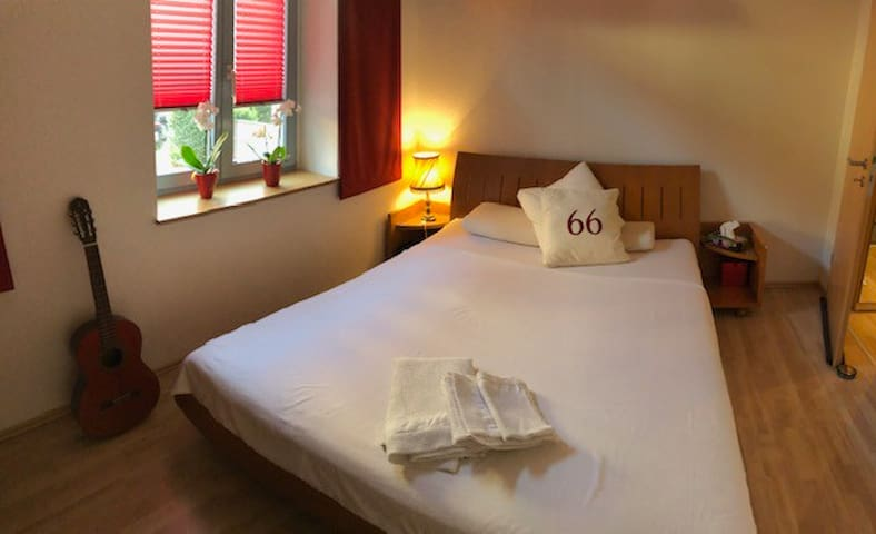 Schlafzimmer mit wunderbarer Matratze, die Strasse ist sehr ruhig, gutes Schlafen garantiert