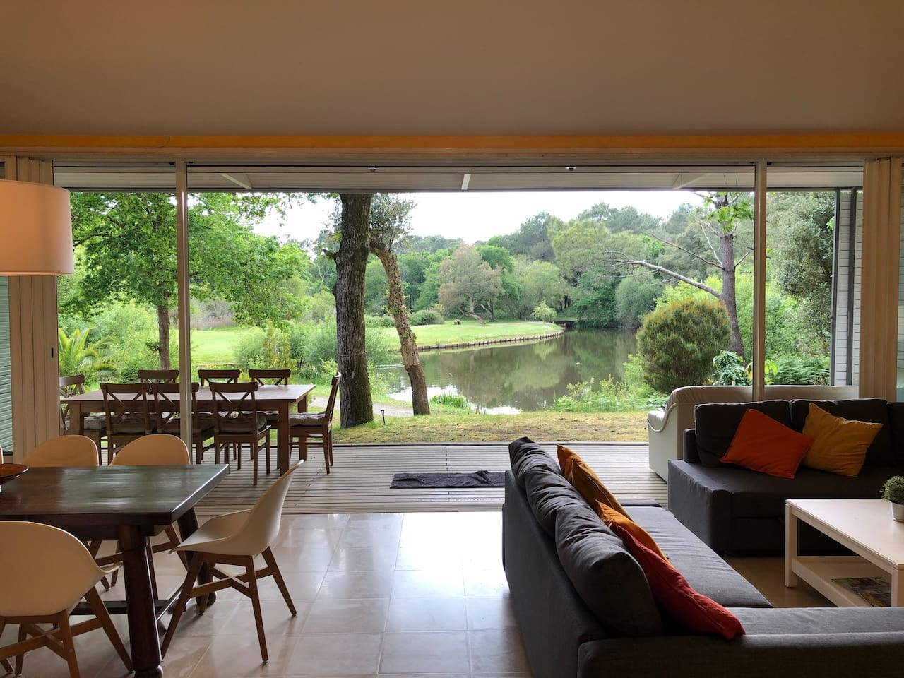 Salon et terrasse vue sur le lac du golf