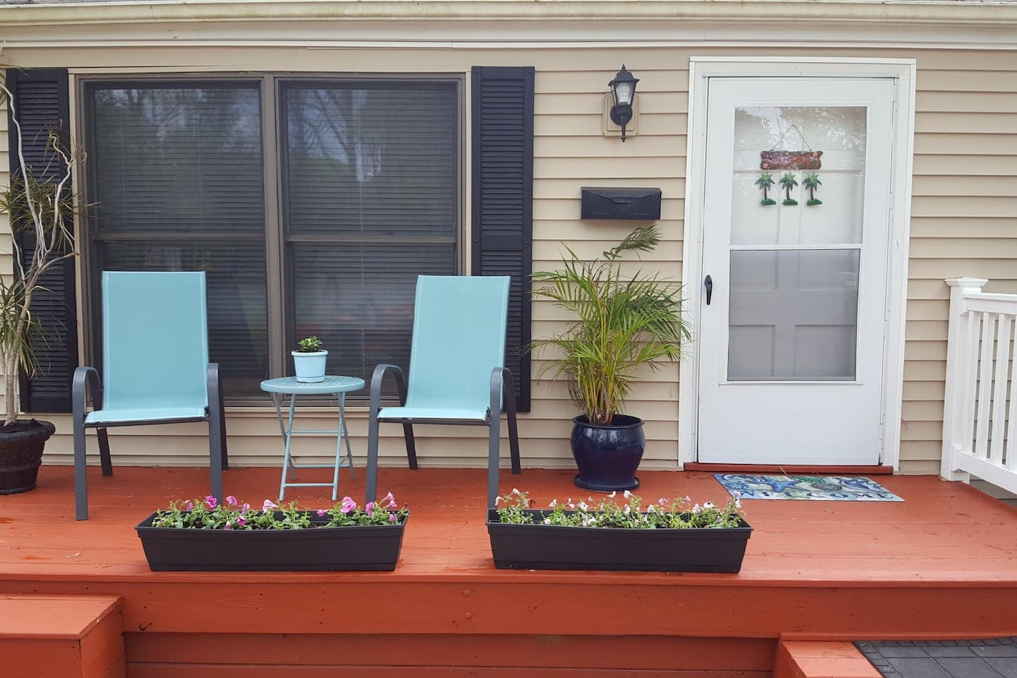 Newly renovated one bedroom guest house with private front porch and parking