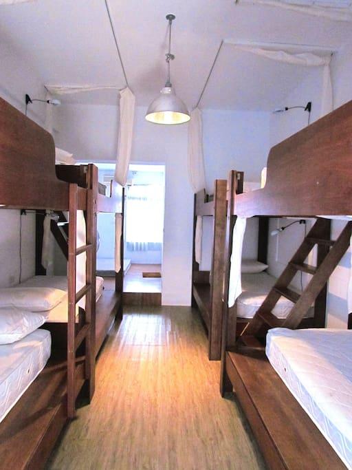 背包客上下舖單人床位 (8人一室)