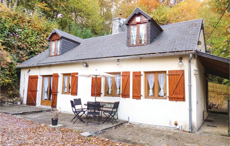 Holiday cottage with 3 bedrooms on 83 m² in Brouains