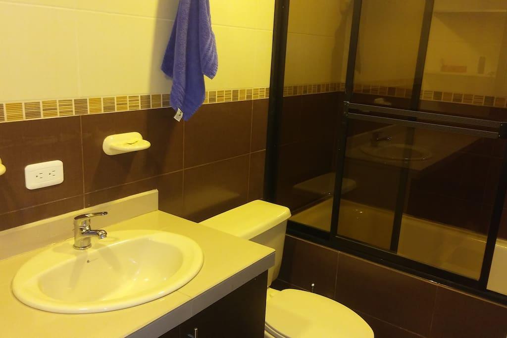 amplio baño con tina y ducha caliente