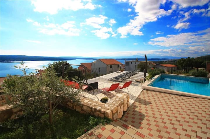 Apt for 2+2 pers with pool in Crikvenica R42341