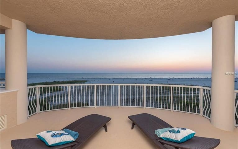 Beachfront Luxury Condo on Treasure Island