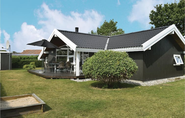 Holiday cottage with 2 bedrooms on 66m² in Juelsminde