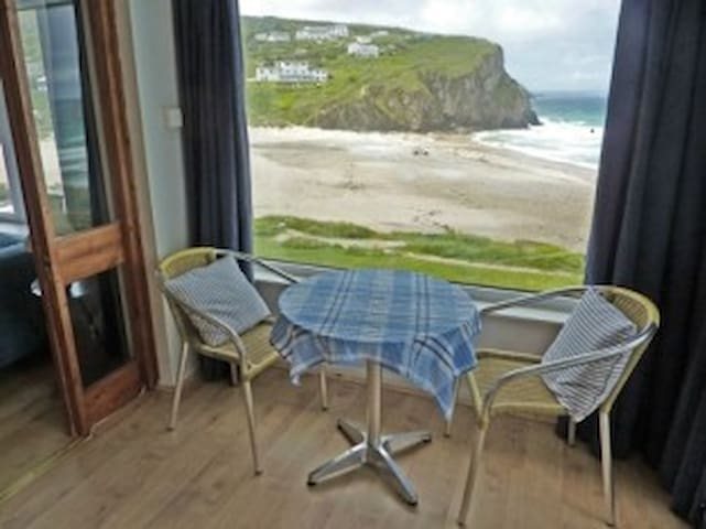 Seafront - apartment overlooking the beach - Porthtowan - Flat