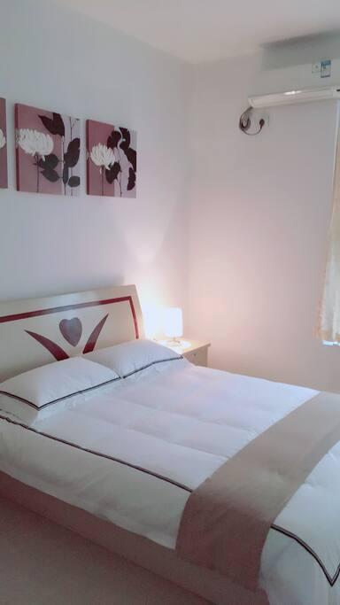 次卧室,安静舒适,双人床同样配置五星级酒店床上用品