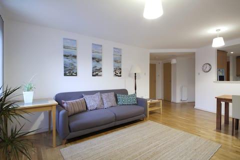 Comfy  modern flat handy for city centre & WFH