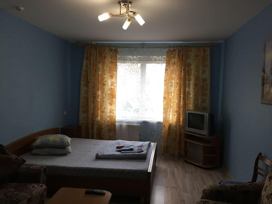 На фотографии видны 2 дивана (которые раскладываются), двуспальная кровать с ортопедическим матрасом, телевизор (53 телеканала).