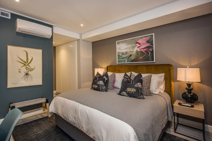 Designer 1 bed apt in popular Green Point.